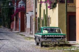 "Old car with the sign ""viejo pero no de todas"""